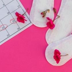 asciugamani-per-la-vista-dall-alto-con-fiori_23-2148025707